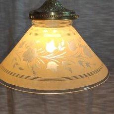 Antigüedades: MAGNIFICA LAMPARA CON PANTALLA DIBUJADA DE FLORES AL ACIDO, SOPORTE Y CADENA DE BRONCE. Lote 203219000