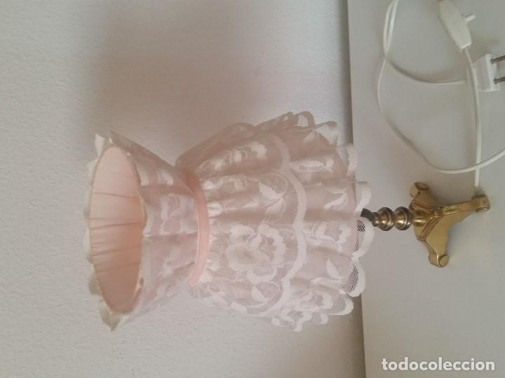 Antigüedades: EXPLENDIDA Y ANTIGUA LAMPARA DE SOBREMESA ANOS 40,50 HECHA EM METAL DORADO Y FORADA A TECIDO RENDADO - Foto 8 - 203242058