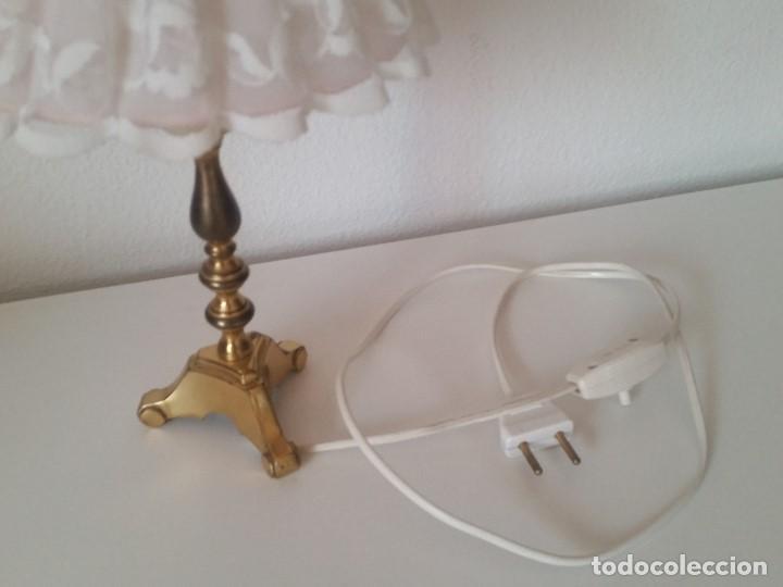 Antigüedades: EXPLENDIDA Y ANTIGUA LAMPARA DE SOBREMESA ANOS 40,50 HECHA EM METAL DORADO Y FORADA A TECIDO RENDADO - Foto 10 - 203242058