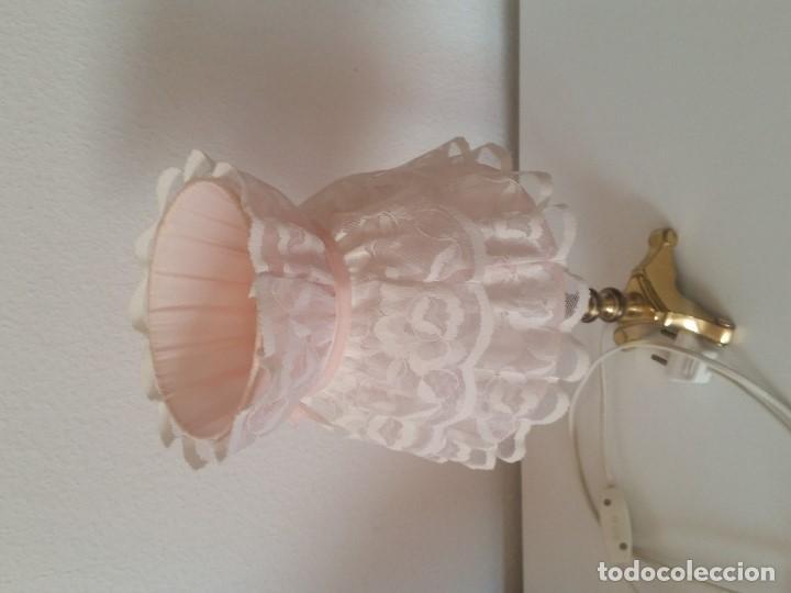 Antigüedades: EXPLENDIDA Y ANTIGUA LAMPARA DE SOBREMESA ANOS 40,50 HECHA EM METAL DORADO Y FORADA A TECIDO RENDADO - Foto 14 - 203242058