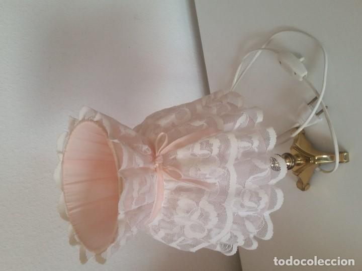 Antigüedades: EXPLENDIDA Y ANTIGUA LAMPARA DE SOBREMESA ANOS 40,50 HECHA EM METAL DORADO Y FORADA A TECIDO RENDADO - Foto 16 - 203242058