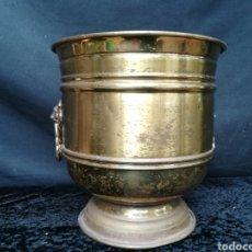 Antigüedades: VIEJA JARDINERA DE LATÓN CON CABEZAS DE LEONES. Lote 203260422