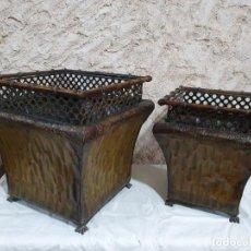 Antigüedades: PAREJA DE JARDINERAS DE FORJA. Lote 203264008