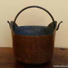 Antigüedades: MUY ANTIGUO Y ESCASO BALDE TIPO CUBO DE COBRE CON ASA, MIDE 29 CM DIÁMETRO. Lote 203316105