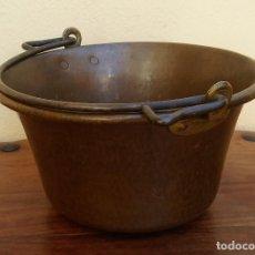 Antigüedades: MUY ANTIGUO Y ESCASO CALDERO DE COBRE CON ASA, MIDE 32 CM DIÁMETRO. Lote 203316296