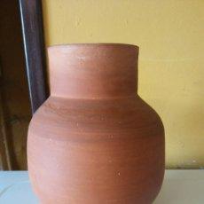 Antigüedades: ORIGINAL. OBRA DE FRANCESC GASSÓ. JARRÓN. EN CERÁMICA. MEDIDAS ALTO 20 CM DIÁMETRO 8.5 CM. Lote 203330795