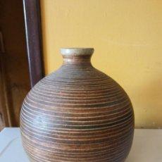 Antigüedades: ORIGINAL. OBRA DE FRANCESC GASSÓ. JARRÓN. EN CERÁMICA. MEDIDAS ALTO 21 CM DIÁMETRO 9 CM. Lote 203331061