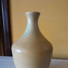 Antigüedades: ORIGINAL. OBRA DE FRANCESC GASSÓ. JARRÓN. EN CERÁMICA. MEDIDAS ALTO 19 CM DIÁMETRO 6.5 CM. Lote 203331336