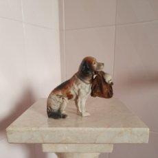 Antigüedades: ENTRAÑABLE FIGURA DE PERRO PORTANDO BEBE (PALILLERO). Lote 203389176