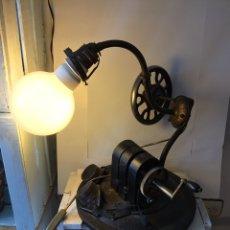 Antigüedades: LAMPARA DE MESA RARÍSIMA PERO SUPER DECORATIVA.UNICA.NO EXISTE OTRA IGUAL.. Lote 203393031