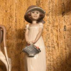 """Antigüedades: FIGURA """"MUJER CON CESTO DE FLORES"""". Lote 203400596"""