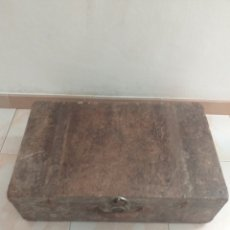Antigüedades: ANTIGUA MALETA DE MADERA CON CANTOS METÁLICOS PARA RESTAURAR, DECORACIÓN, ETC.... Lote 203426537