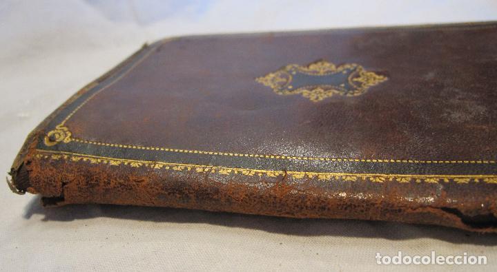Antigüedades: ANTIGUA CARTERA DE BOLSILLO DE PIEL CON DECORACIÓN EN DORADO. CERRADA 14 X 10 CM - Foto 3 - 203596918