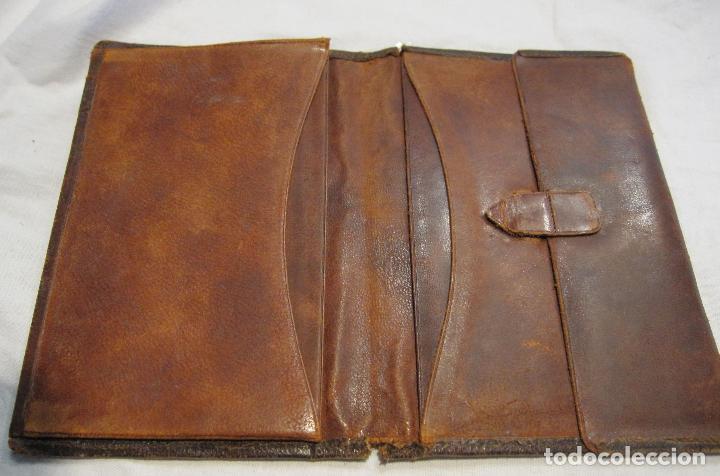 Antigüedades: ANTIGUA CARTERA DE BOLSILLO DE PIEL CON DECORACIÓN EN DORADO. CERRADA 14 X 10 CM - Foto 4 - 203596918