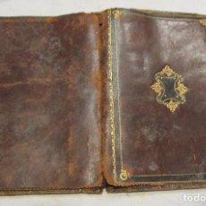 Antigüedades: ANTIGUA CARTERA DE BOLSILLO DE PIEL CON DECORACIÓN EN DORADO. CERRADA 14 X 10 CM. Lote 203596918