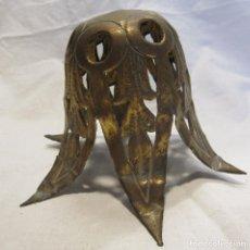 Antigüedades: PIEZA METÁLICA DE LÁMPARA. LÁMINA DE LATÓN REPUJADO Y RECORTADO ALT. 9 CM. Lote 203603196