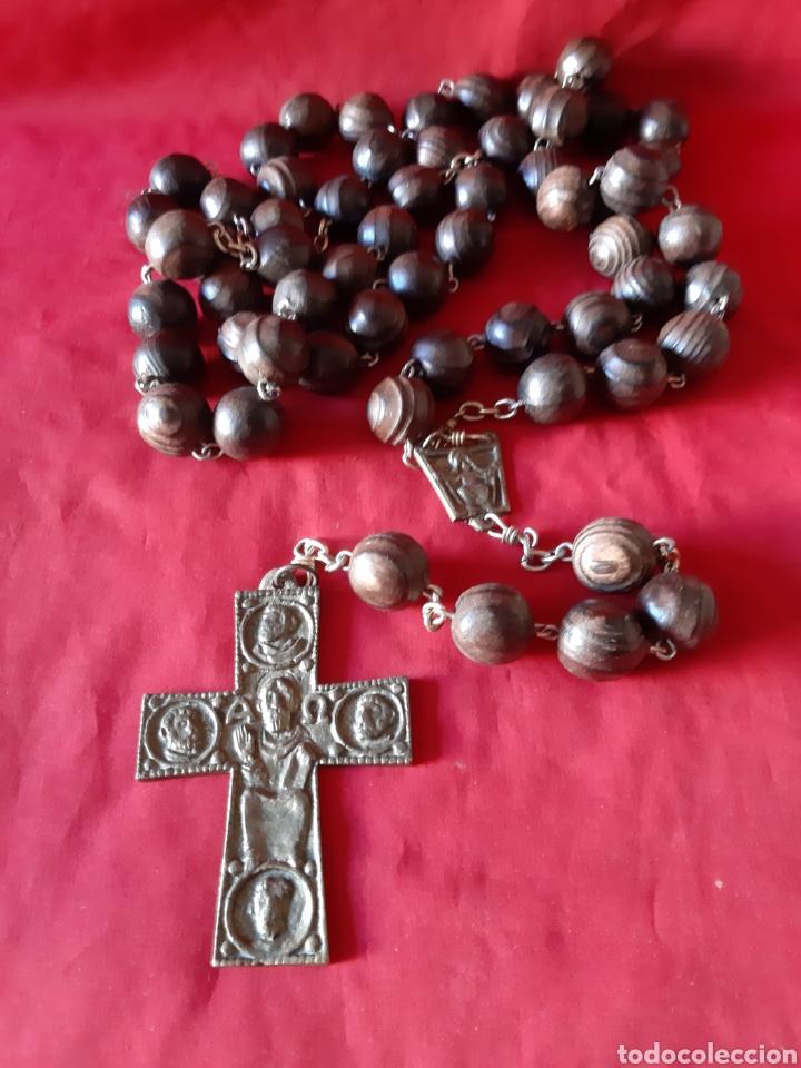 ROSARIO GRANDE DE PARED DE BOLAS DE MADERA LA CRUZ EN BRONCE (Antigüedades - Religiosas - Rosarios Antiguos)