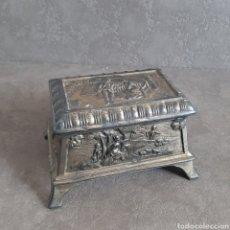 Antigüedades: ANTIGUA CAJA JOYERO EN CALAMINA CON RELIEVES. Lote 51030752