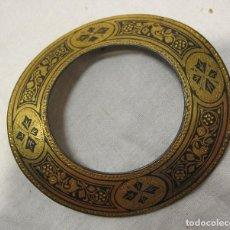 Antigüedades: ANTIGUO PASADOR O AGUJA METAL DAMASQUINADO. 6 X 6,5 CM. Lote 203890943