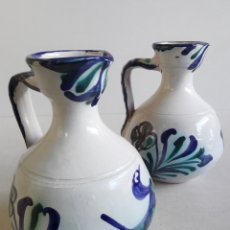Antiquités: ANTIGUA PAREJA DE JARRAS DE CERÁMICA. BONITOS MOTIVOS DECORATIVOS GRANADINOS. 19 CM.. Lote 203895817