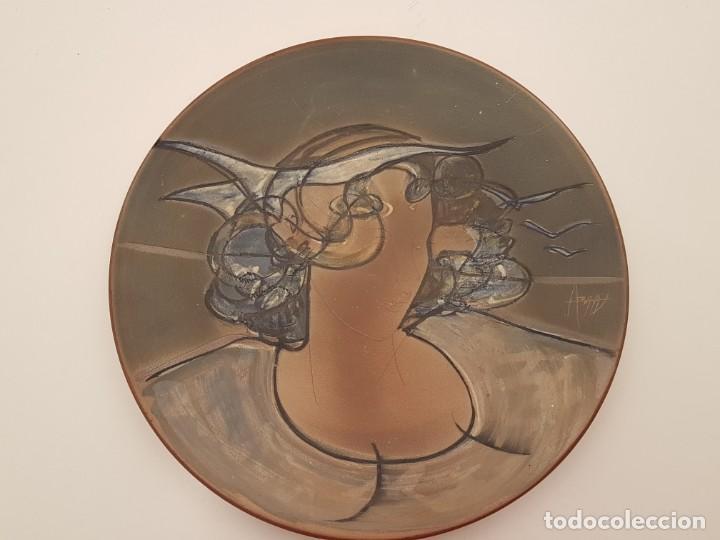 JOAN ABRAS, (1949), PLATO CERÁMICA FIRMADO, HECHO EN LA BISBAL, (45 CM. DIÁMETRO) (Antigüedades - Porcelanas y Cerámicas - La Bisbal)