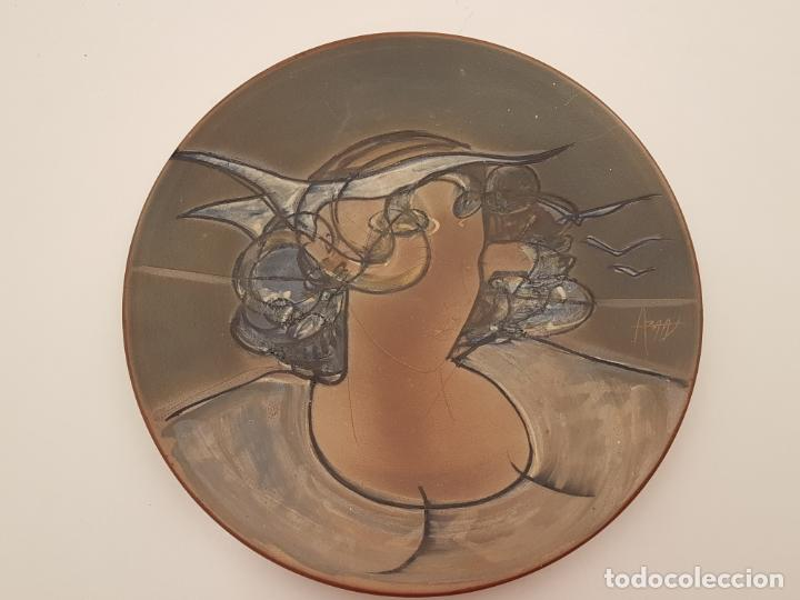 Antigüedades: JOAN ABRAS, (1949), PLATO CERÁMICA FIRMADO, HECHO EN LA BISBAL, (45 CM. DIÁMETRO) - Foto 7 - 203927410