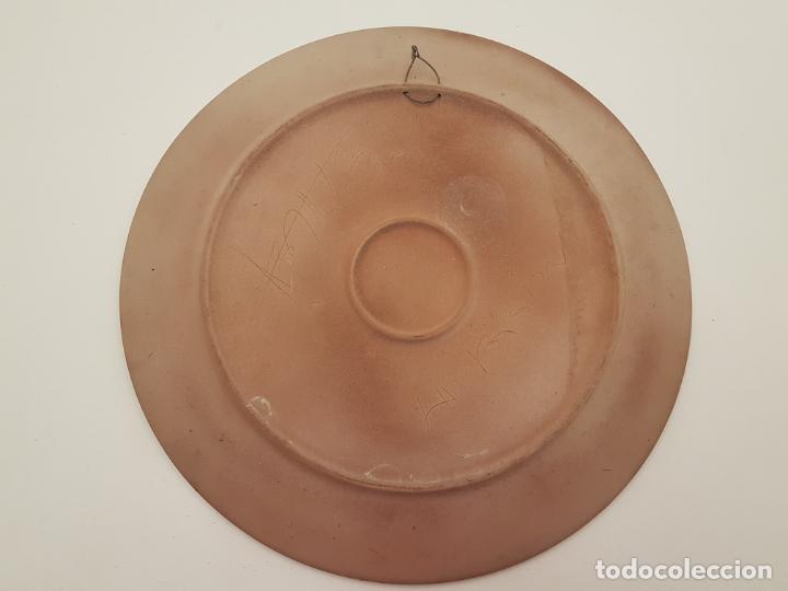 Antigüedades: JOAN ABRAS, (1949), PLATO CERÁMICA FIRMADO, HECHO EN LA BISBAL, (45 CM. DIÁMETRO) - Foto 8 - 203927410