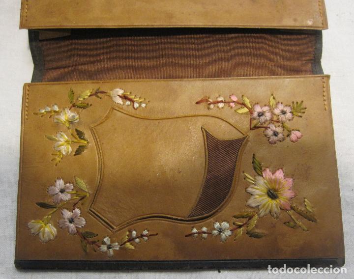Antigüedades: CARTERA MODERNISTA. HACIA 1900. PIEL CON BORDADOS FLORALES. CERRADA 12 X 8 CM - Foto 6 - 203929397