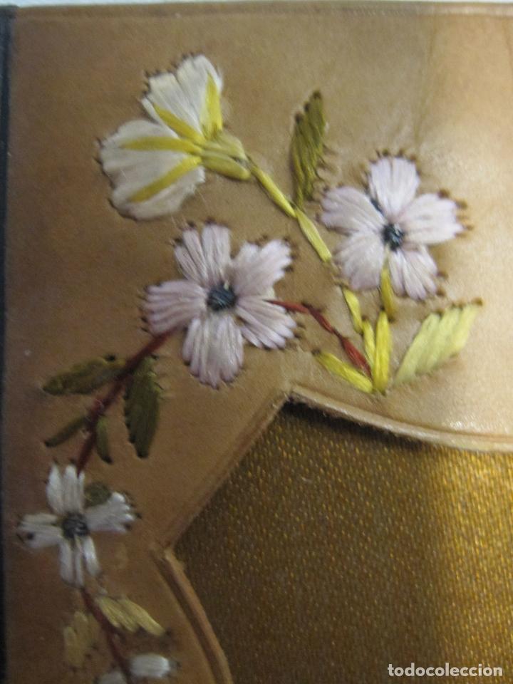 Antigüedades: CARTERA MODERNISTA. HACIA 1900. PIEL CON BORDADOS FLORALES. CERRADA 12 X 8 CM - Foto 7 - 203929397