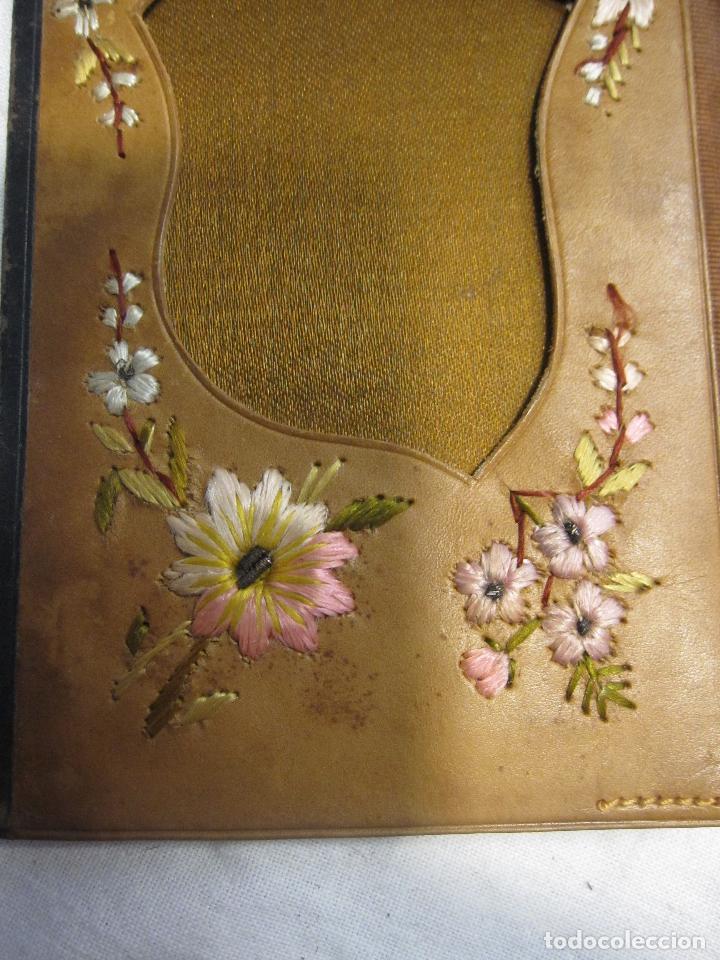 Antigüedades: CARTERA MODERNISTA. HACIA 1900. PIEL CON BORDADOS FLORALES. CERRADA 12 X 8 CM - Foto 9 - 203929397