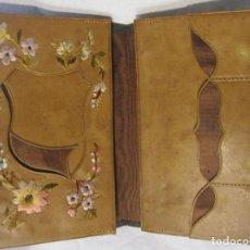 Antigüedades: CARTERA MODERNISTA. HACIA 1900. PIEL CON BORDADOS FLORALES. CERRADA 12 X 8 CM. Lote 203929397