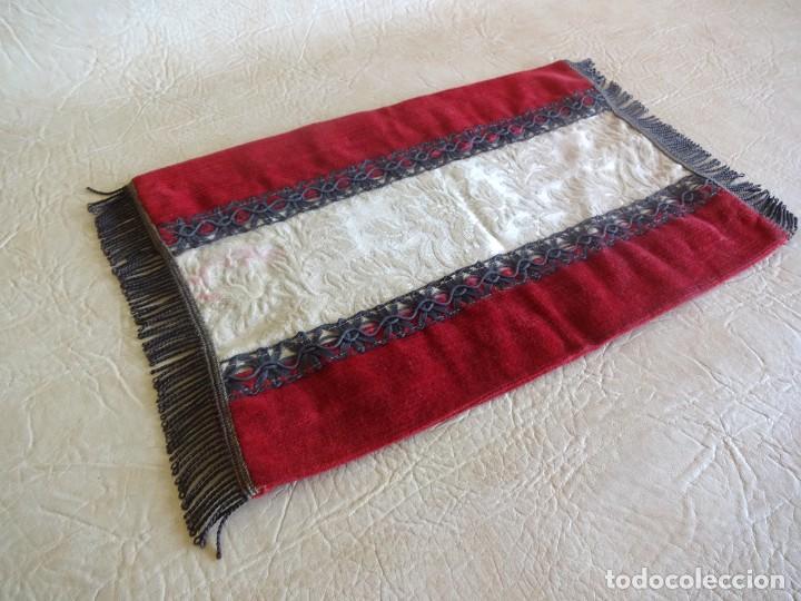 Antigüedades: antiguo mantel o tapete religioso bordado de principios de siglo 36 cm x 24 cm - Foto 2 - 34214975