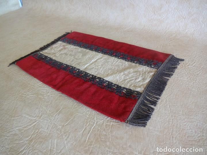 Antigüedades: antiguo mantel o tapete religioso bordado de principios de siglo 36 cm x 24 cm - Foto 3 - 34214975