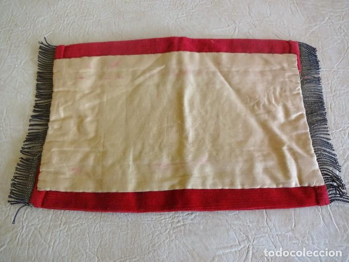 Antigüedades: antiguo mantel o tapete religioso bordado de principios de siglo 36 cm x 24 cm - Foto 8 - 34214975