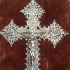 Antigüedades: CRUCIFIJO PLATA BARROCO S.XIX CON MARCO TERCIOPELO. Lote 203939058