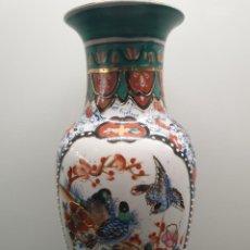 Antigüedades: JARRÓN CHINO, DETALLES EN RELIEVE, PINTADO A MANO - PORCELANA ORIENTAL. CON SELLO (ENVÍO 4,31€). Lote 203957673