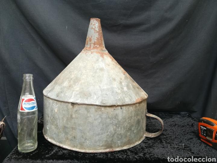 Antigüedades: Enorme embudo antiguo con filtro para llevar barricas - Foto 4 - 203963706