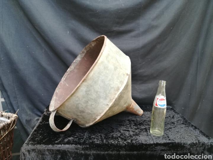ENORME EMBUDO ANTIGUO CON FILTRO PARA LLEVAR BARRICAS (Antigüedades - Varios)