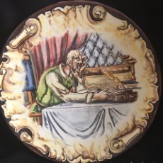 Antigüedades: PLATO DE DON QUIJOTE Y SANCHO PANZA, LEYENDO 31CM PINTADO A MANO. Lote 203985677