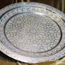 Antigüedades: BANDEJA MARROQUÍ, 60 CM, LATÓN LABRADO, CON SELLO DEL ARTESANO, AÑOS 30. Lote 203999947