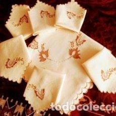 Antigüedades: MANTELERÍA DE HILO BORDADA A MANO DE 100X100 CM. Y 6 SERVILLETAS. PERFECTO ESTADO. Lote 204002448
