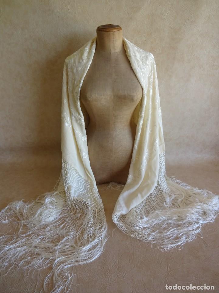 Antigüedades: manton manila blanco marfil con flores bordadas de seda - Foto 7 - 105078167