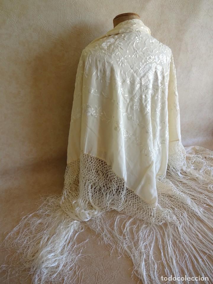 Antigüedades: manton manila blanco marfil con flores bordadas de seda - Foto 2 - 105078167