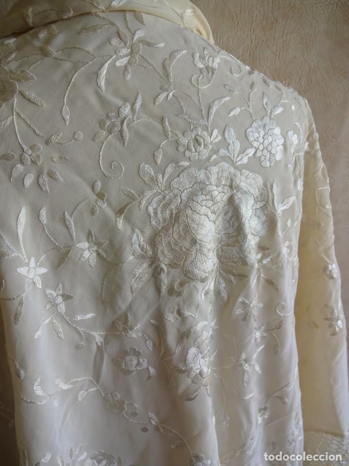 Antigüedades: manton manila blanco marfil con flores bordadas de seda - Foto 3 - 105078167