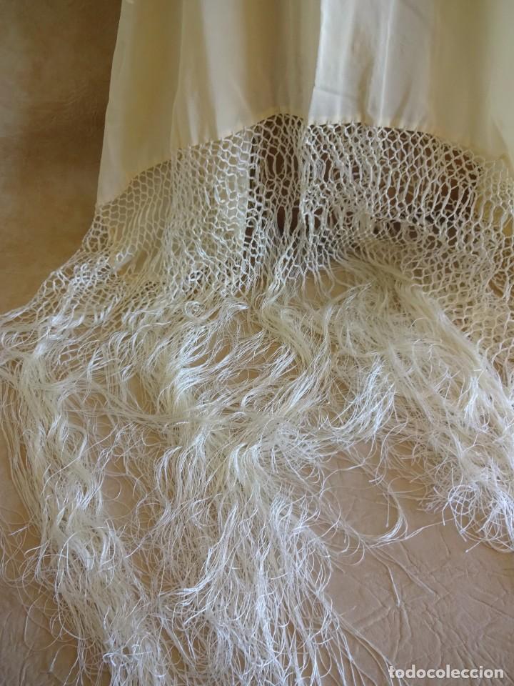 Antigüedades: manton manila blanco marfil con flores bordadas de seda - Foto 6 - 105078167