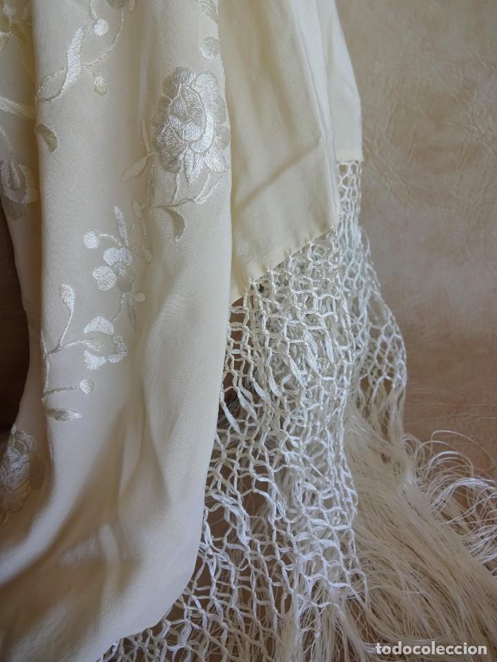Antigüedades: manton manila blanco marfil con flores bordadas de seda - Foto 4 - 105078167