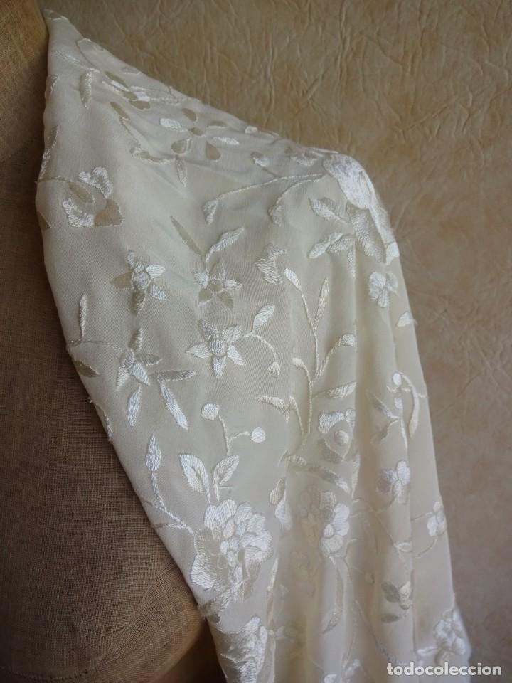 Antigüedades: manton manila blanco marfil con flores bordadas de seda - Foto 5 - 105078167