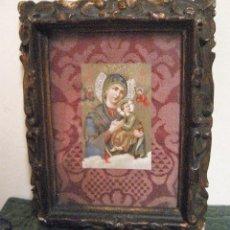 Antigüedades: ANTIGUO MARCO . MOLDURA EN YESO 17 / 14 CM INTERIOR ESTAMPA VIRGEN CON NIÑO JESUS. Lote 204086448