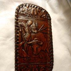 Antigüedades: FUNDA PARA GAFAS PIEL TRABAJADA DE UBRIQUE TAUROMAQUIA. Lote 204093596
