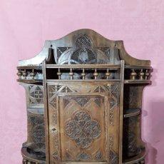 Antigüedades: ESTANTERIA TALLADA DE COLGAR. Lote 204112988